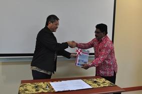Penyerahan LHP MBD TA 2014 kepada Ketua DPRD