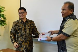 Kasubaud Maluku II Menyerahkan LHP BPK Kepada Bupati Maluku Tenggara Barat