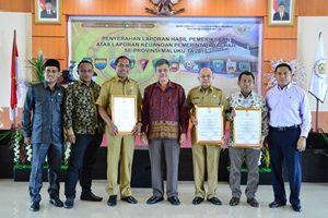 Foto Bersama Dengan Piagam Penghargaan