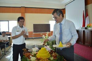 Pemotongan Tumpeng oleh Kepala Perwakilan BPK Prov. Maluku
