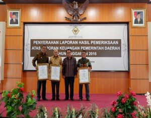 Foto Bersama 3 Kepala Daerah yang Memperoleh Piagam WTP